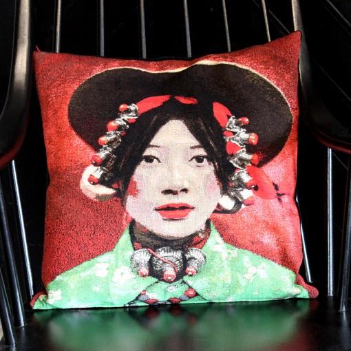 portrait femme tib taine num ro 1 fs home collection fond rouge coussins caravane fs. Black Bedroom Furniture Sets. Home Design Ideas